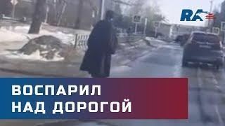 Воспарил над дорогой. Священник на моноколесе из России вызвал восторг пользователей в интернете