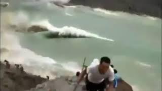 Житель Китая заснял гигантский оползень, который обрушился в озеро.