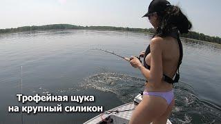 Горячая рыбалка. Девушка против большой щуки. Hot fishing fight. Girl vs big fish (pike). GoPro 2.7K